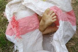男子竹林里挖笋,突然看到一只脚!还赤裸身体?