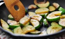 锅没用对=吃毒?铁锅、不粘锅、不锈钢锅…关注健康的人都这么选