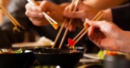 过年聚餐,到底应不应该使用公筷?多双公筷更安心!