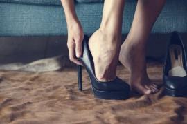 """长期穿高跟鞋竟有7个危害,两大技巧助你避开这些""""坑"""""""