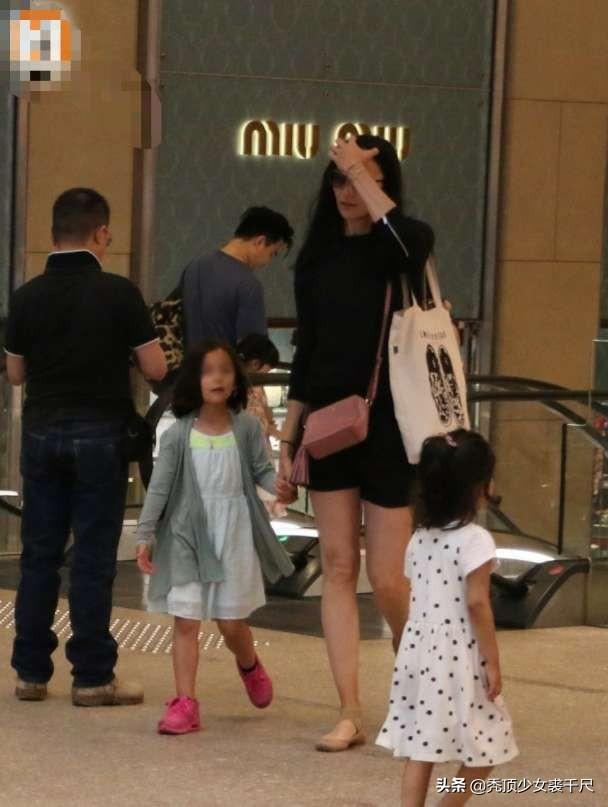 吴彦祖携妻女出行6岁女儿罕见曝光,身材高挑五官深邃颜值颇高 娱乐界 第2张