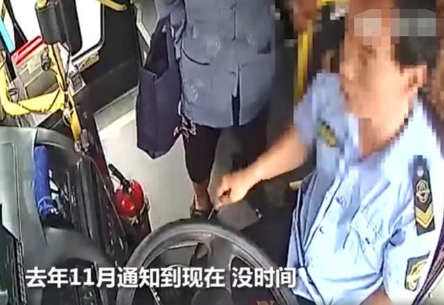不长记性?67岁大爷与司机争吵抢夺方向盘 公交险撞花坛老人被拘 网文选读 第2张