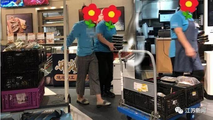 """""""月饼还是热的呀,热的啊!""""超市深夜大规模丢弃食物看哭老阿姨 消费与科技 第2张"""