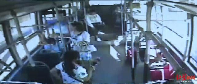 为公交车上这群人点赞!女子晕倒,他们把月饼水都安排上了 网文选读 第2张