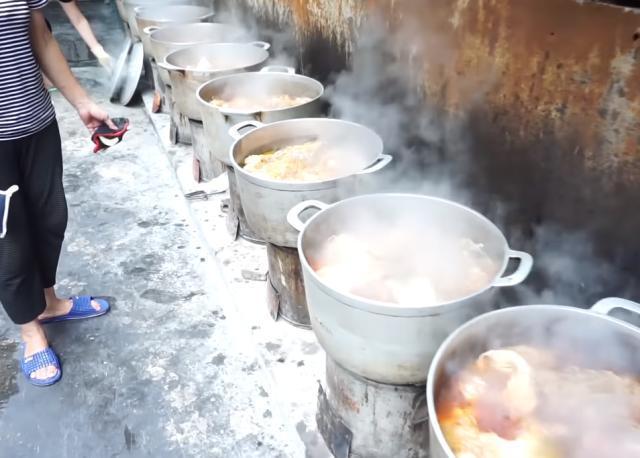"""大婶街头摆10口铁锅卖""""良心烧肉"""",一斤9块,网友:不能接受 饮食文化 第1张"""