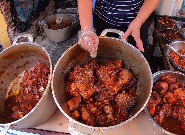 """大婶街头摆10口铁锅卖""""良心烧肉"""",一斤9块,网友:不能接受 饮食文化 第4张"""