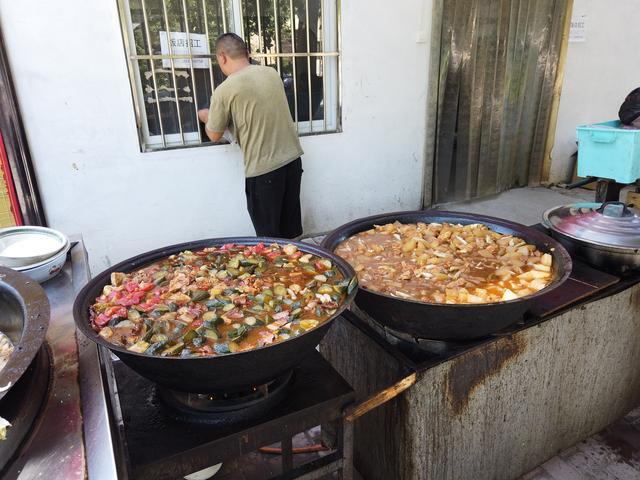 """农村大哥做""""喂猪菜"""",9块1份,每天最少卖500份,农民工的福利 经营参考 第5张"""