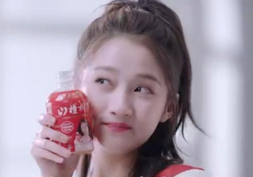 关晓彤喝自己代言的饮料,当瓶口离开嘴角的那刻,真喝假喝很明显 娱乐界 第2张