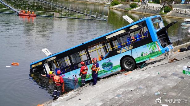 贵州安顺公交车坠湖幸存者:水涌进来那一瞬间,拼命游了出去 网文选读 第2张
