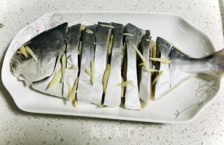 清蒸鲳鱼的做法步骤 家常菜谱 第2张