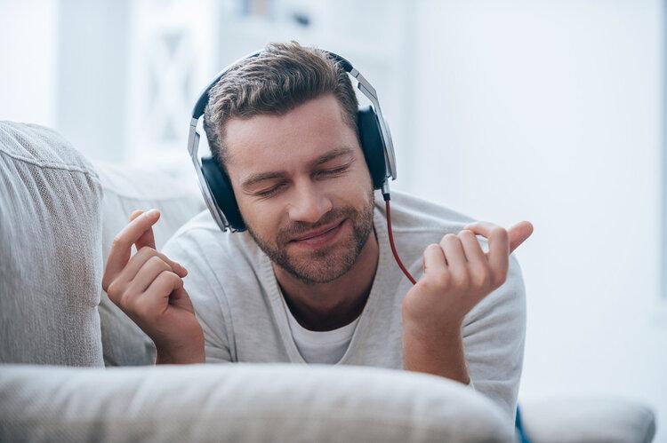 3.3爱耳日:男人,你经常戴着戴耳机听歌,会耳聋吗? 生活与健康 第1张